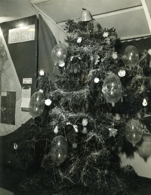 270617194247000000christmas_tree_with_condoms004.jpg