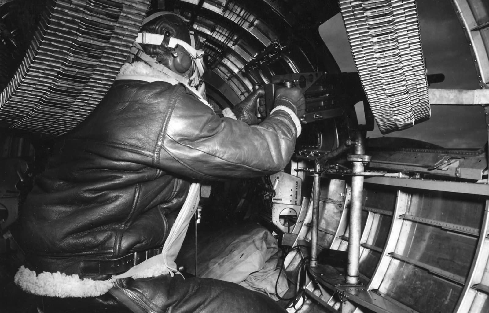 B-17_Waist_Gunner_8th_AF_44~2.jpg