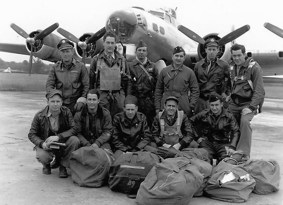 Crew_and_B-17G_Flying_Fortress_bomber.jpg