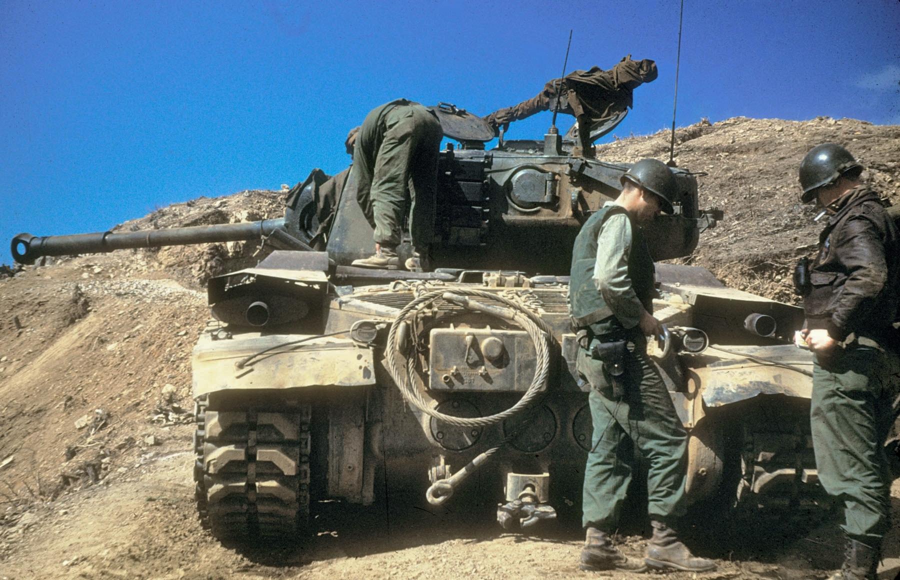 USAF_forward_air_controller_with_US_Army_M46_tank_during_Korean_War_(1950–1953).jpg